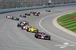 Buddy Rice devant un groupe de voitures