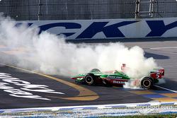 Adrian Fernandez humo en los neumáticos