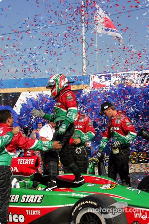 Victory lane: ganador de la carrera Adrián Fernández celebra