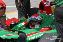 Adrian Fernandez attend pendant que son équipe prépare la voiture