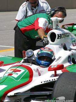 Tony Kanaan attend pendant que son équipe prépare la voiture