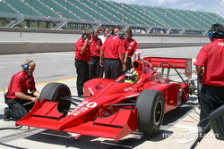 L'équipe de Jaques Lazier discute les réglages de la voiture