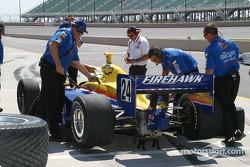 L'équipe de Felipe Giaffone vérifie le niveau d'essence