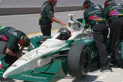L'équipe d'A.J. Foyt IV vérifie la suspension avant