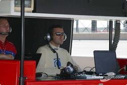 Dario Franchitti regarde les essais depuis les stands