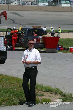 Le triple vainqueur des 500 miles d'Indianapolis Johnny Rutherford regarde les essais