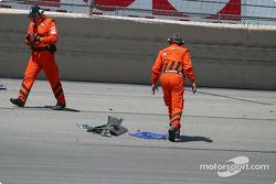 Des débris de la voiture de Kosuke Matsuura jonchent la piste