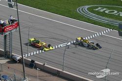 Mark Taylor dépasse Scott Sharp sur la ligne pendant les essais