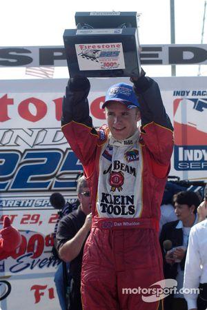 Victory lane: Dan Wheldon comemora