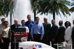 Barry Green, Michael Andretti, Dario Franchitti et Tony George posent avec des représentants de St. Petersburg