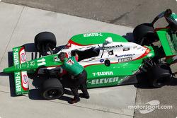 L'équipe Andretti Green Racing pousse la voiture dans la pitlane