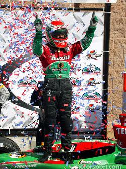 Victory Lane : le vainqueur Adrian Fernandez fête sa victoire