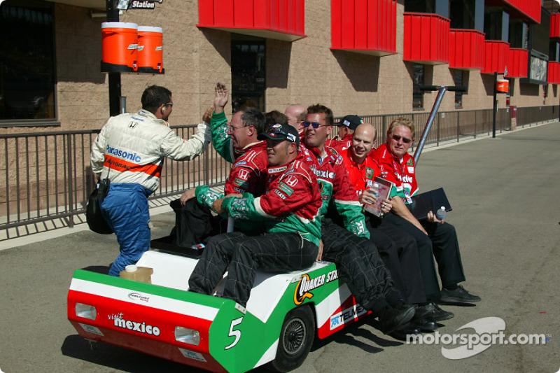 L'équipe Fernandez Racing fête la victoire