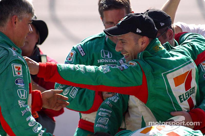Le champion Indy Racing League IndyCar Series 2004 Tony Kanaan fête son titre avec son équipe