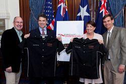 Tony Cochrane, voorzitter V8 Supercars, Texas gouverneur Rick Perry, Queensland Premier Anna Bligh e