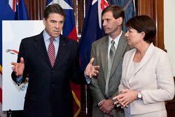 Texas gouverneur Rick Perry, Queensland Premier Anna Bligh en Tavo Hellmund, Circuit of The Americas