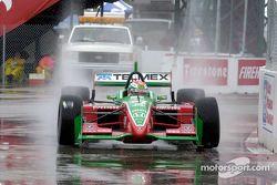 Adrián Fernández en la lluvia