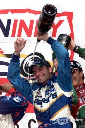 El podio: Alex Tagliani y Adrián Fernández celebran
