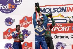 El podio: Michael Andretti mirando a Adrián Fernández y Alex Tagliani