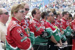 Antes de la carrera: equipo de Adrián Fernández a la invocación