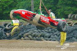 Auto de Adrián Fernández después del accidente
