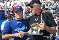 Un moment émouvant : Alex Tagliani reçoit le trophée Greg Moore pour la pole position de la part de