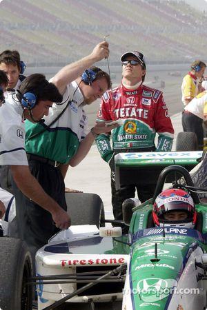 Actividad en en el pit de Fernández Racing: Adrián Fernández y Shinji Nakano
