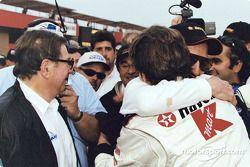 Cristiano da Matta congratulated by Paul Newman