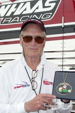 El legendario actor y copropietario del Newman/Haas Racing CART Team con el adorno navideño que dise
