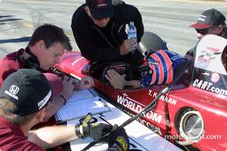 Tony Kanaan discussing with Mo Nunn