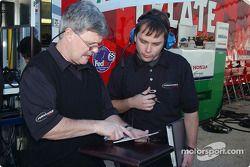 Le directeur technique Don Halliday compare les notes avec l'ingénieur de course Martin Pare