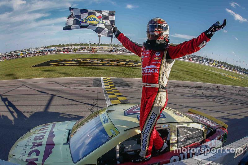 64. Ganador de la carrera Kevin Harvick, Stewart-Haas Racing Chevrolet