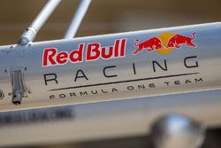 Logo de Red Bull Racing en el equipo de pits