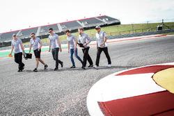Alexander Rossi, Manor Racing piloto de reserva; Jordan King, Manor Racing piloto de desarrollo y Rio Haryanto, Manor Racing caminan por el circuito con el equipo