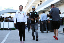 Ron Meadows, Mercedes GP, Teammanager; Lewis Hamilton, Mercedes AMG F1