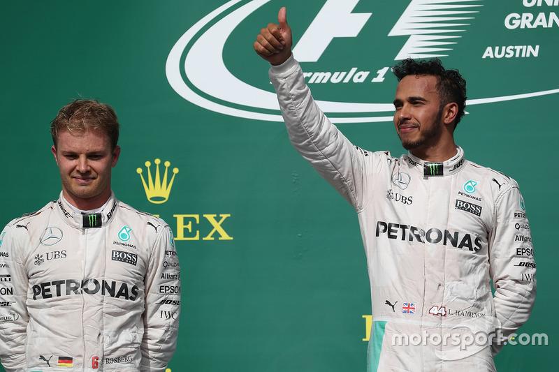 Podio: segundo lugar Nico Rosberg, Mercedes AMG F1 y el ganador de la carrera Lewis Hamilton, Mercedes AMG F1