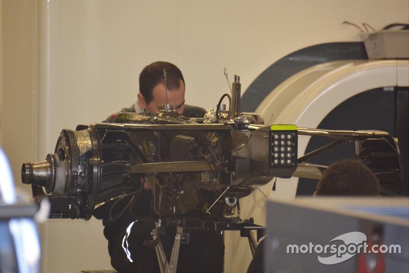 Des mécaniciens travaillent sur une McLaren MP4-31