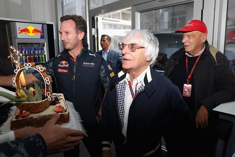 El jefe supremo de la F1 Bernie Ecclestone con un pastel de cumpleaños de parte de Christian Horner, Red Bull Racing director del equipo, Niki Lauda, Mercedes GP presidente no ejecutivo