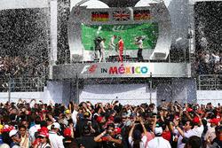 Primer lugar Lewis Hamilton, Mercedes AMG F1 W07 , segundo lugar Nico Rosberg, Mercedes AMG Petronas F1 W07 y el tercer lugar Sebastian Vettel, Scuderia Ferrari SF16-H