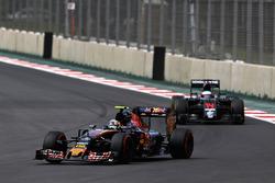 Carlos Sainz Jr., Scuderia Toro Rosso STR11, Fernando Alonso, McLaren MP4-31