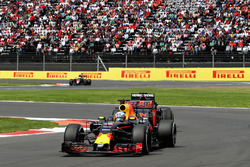 Daniel Ricciardo, Red Bull Racing RB12, Fernando Alonso, McLaren MP4-31