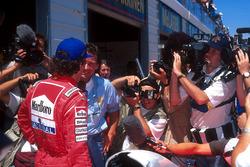 1. Ayrton Senna, McLaren, mit Barry Sheene