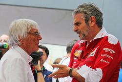 Bernie Ecclestone, avec Maurizio Arrivabene, Team Principal Ferrari