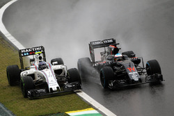 Valtteri Bottas, Williams FW38 y Fernando Alonso, McLaren MP4-31