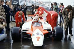 John Watson, McLaren MP4/1-Cosworth bersama Ron Dennis di pitlane