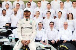 Lewis Hamilton, Mercedes AMG F1 en una foto de equipo