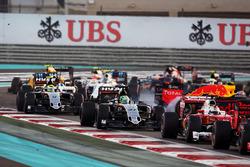 Nico Hulkenberg, Sahara Force India F1 VJM09 au départ alors que Max Verstappen, Red Bull Racing RB12 part en tête-à-queue