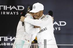 Победитель гонки Льюис Хэмилтон, Mercedes AMG F1, Нико Росберг - второе место, Mercedes AMG F1