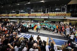 Нико Росберг, Mercedes AMG F1, с женой Вивьен Росберг и командой