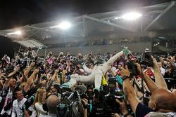Nico Rosberg, Mercedes AMG F1 feiert seinen WM-Titel im Parc Ferme mit dem Team und seiner Frau Vivian Rosberg